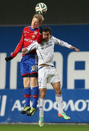 Расмус Эльм и Артур Миносян в борьбе за мяч