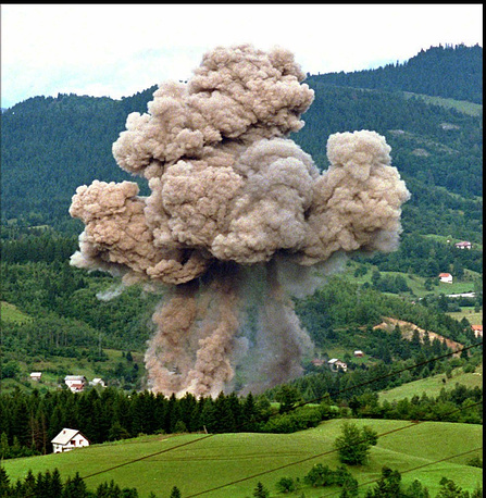 Первая операция НАТО в Боснии и Герцеговине, 1994-1995 год. Бомбардировка авиацией НАТО склада боеприпасов боснийских сербов крепости Пале,  к востоку от Сараево,  30 августа 1995 после воздушных ударов НАТО