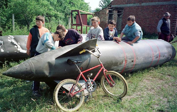 """Операция """"Союзная сила"""" в Югославии, 1999 год. Сброшенный топливный бак боевого самолета НАТО, деревня Александровач, 80 км от Белграда, 26 мая 1999 года"""