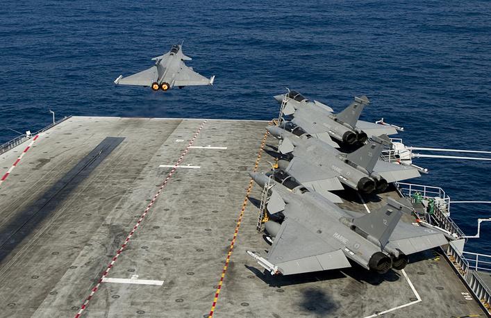 """В 2011 году НАТО проводит операцию """"Объединенный защитник"""" в Ливии. Истребитель ВМС НАТО взлетает с палубы авианосца """"Шарль де Голль"""", 24 марта 2011 года"""