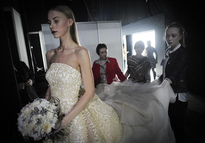 Модели во время подготовки к показу в рамках Недели моды