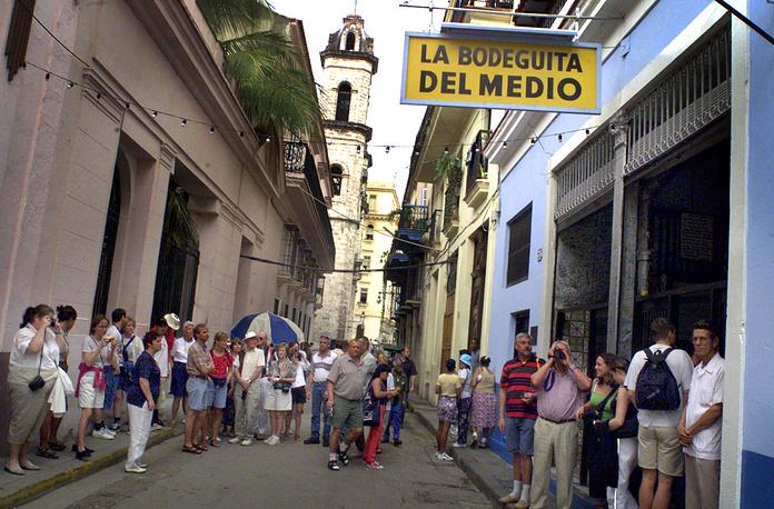 """Знаменитый ресторан """"Бодегита дель-Медио"""" в Гаване, где любил бывать писатель Эрнест Хемингуэй, сегодня популярен у многочисленных туристов, посещающих кубинскую столицу"""