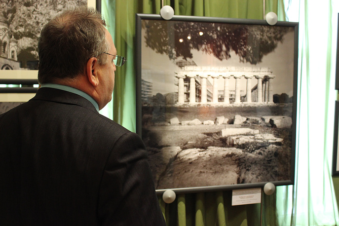 Пестум, так называемый Храм Нептуна. Раффаэлла Мариньелло. Национальный парк Чиленто и Валло ди Диано. Год съемки: 1998