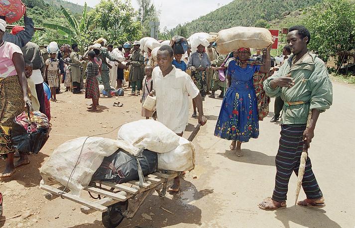Представители политической элиты хуту во главе с президентом Руанды Жювеналем Хабиариманой обвинили тутси в стремлении захватить власть в социальной, политической и экономической сферах, а также в поддержке мятежников из PRF. На фото: беженцы-хуту в столице Руанды Кигали, апрель 1994 года