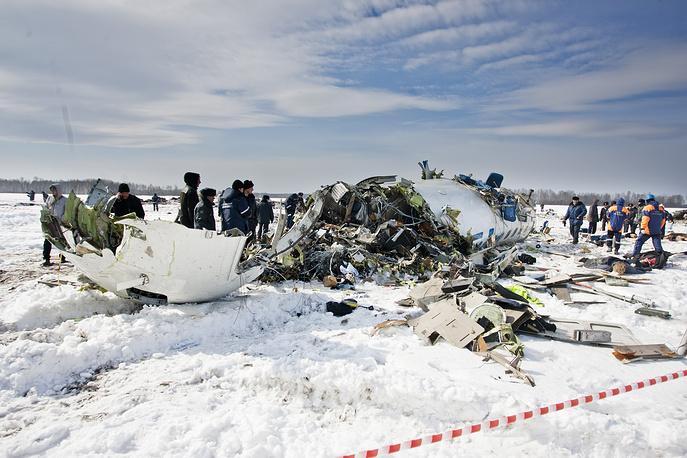 """На месте крушения пассажирского самолета ATR-72 авиакомпании """"ЮТэйр"""". 2 апреля 2012 года"""
