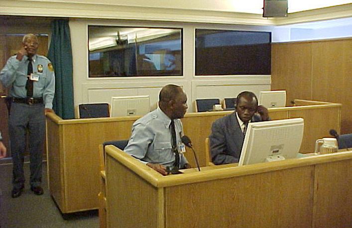 Генерал вооруженных сил Руанды Огюстен Бизимунгу получил 30 лет тюрьмы. На фото: Огюстен Бизимунгу (справа) во время судебных слушаний, 2002 год