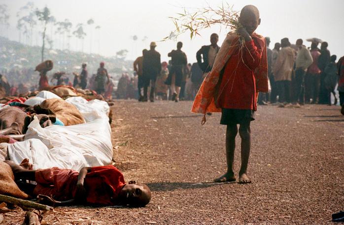 """Наказание понесли и призывавшие к насилию журналисты. Основатель и директор """"Радио и телевидения Тысячи холмов"""" Фердинанд Нахимана был приговорен к пожизненному заключению. На фото: девочка-хуту в лагере беженцев в Заире, июль 1994 года"""