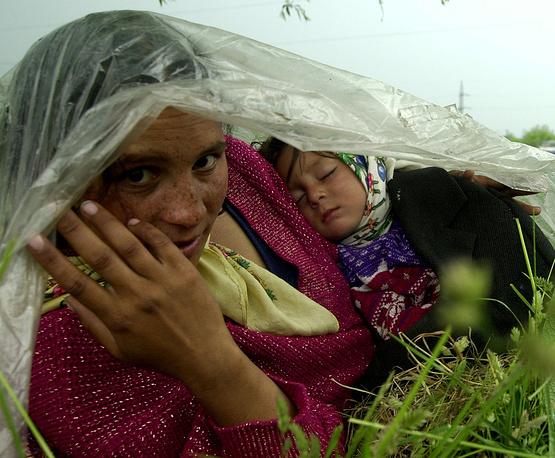 Главная ценность цыганского общества – принадлежность к общине, семье, духовная вера, а самое страшное наказание для цыган – изгнание из общины. На фото: цыганка с ребенком в одной из румынских деревень, 2003 год