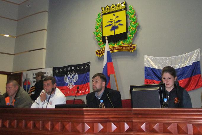 Донецк, сторонники референдума о статусе региона во время заседания в здании Донецкой областной администрации, 7 апреля 2014 года