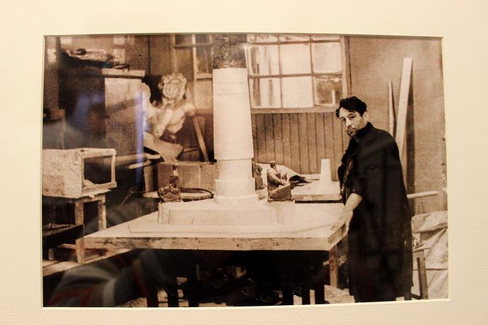 Эрнст Неизвестный в московской мастерской. 1950-е годы