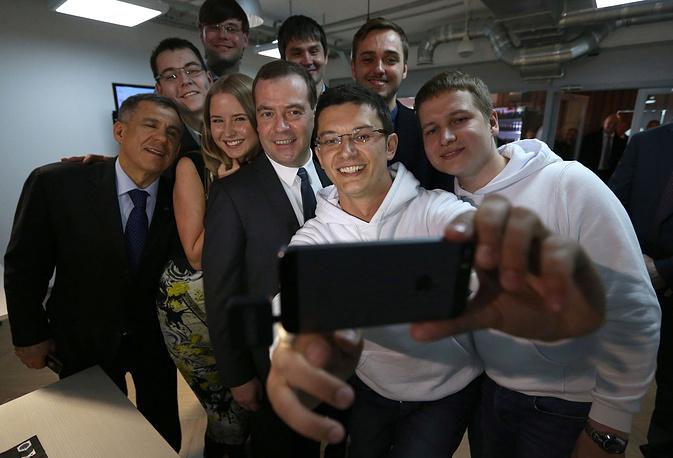 Президент Татарстана Рустам Минниханов (слева) и премьер-министр РФ Дмитрий Медведев (третий справа) во время посещения технопарка Navigator Campus