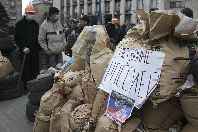 Многие митингующие требуют предоставления больших полномочий местной власти, проведения референдума по статусу Донбасса, освобождения задержанных ранее митингующих и определения статуса русского языка как второго государственного