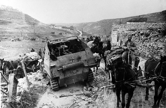 Советские войска стремились организовать преследование противника подвижными группами, нанеся ему максимально возможные потери. На фото: советские войска на пути к Севастополю