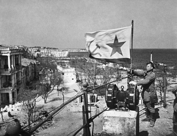 Водружение советского военно-морского флага в освобожденном от немецко-фашистских захватчиков Севастополе