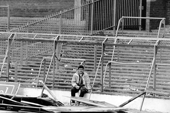 Против пытавшихся спастись болельщиков был направлен отряд с собаками. Полицейские не оказались способными выполнить просьбу открыть ограду без приказа шефа полиции Дэвида Дакенфилда. На фото: трибуны на стадионе после трагедии, 15 апреля 1989 года