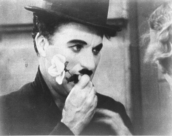 """Американский институт кино поставил картину Чаплина """"Огни большого города"""" на первое место в рейтинге 10 лучших романтических комедий. На фото: Чарли Чаплин в фильме """"Огни большого города"""", 1931 год"""