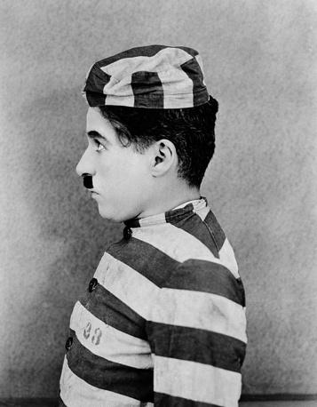 """В 1936 году Чаплин снял комедию """"Новые времена"""" о приключениях бродяжки Чарли во время Великой депрессии. Фильм мог бы быть звуковым, но Чаплин отказался от этого замысла, так как Бродяга мог быть персонажем только немого кино. На фото: Чарли Чаплин в фильме """"Новые времена"""", 1936 год"""