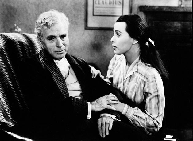"""В 1952 году Чаплин снял фильм """"Огни рампы"""". На фото: Чарли Чаплин и Клер Блум в фильме """"Огни рампы"""", 1952 год"""