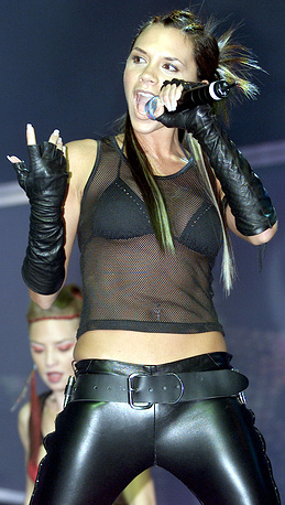 В 2000 году Бекхэм начала сольную карьеру. 10 синглов в ее исполнении попали в топ-чарты Великобритании. На фото: Виктория Бэкхем в 2001 году