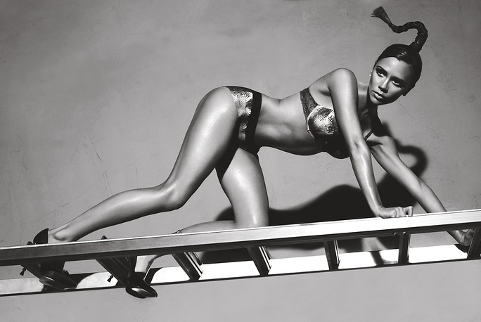 Виктория Бекхэм является лицом Emporio Armani. На фото: Виктория Бекхэм в рекламе Giorgio Armani