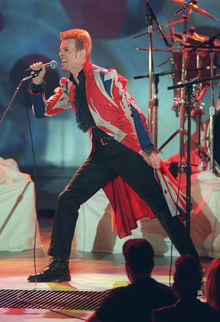 Дэвид Боуи на шоу VH1 Fashion and Music Awards в Нью-Йорке, 1996 год