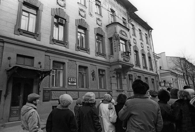 Дом № 47 по улице Герцена в Петербурге, где жила семья Набоковых, 1989 год. В настоящее время здесь находится квартира-музей писателя