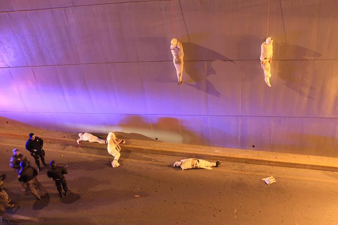 """3-е место / Проблемы современности / Одиночные фотографии. Полиция прибыла на место преступления. В ночь на 8 марта под эстакадой было обнаружено пять трупов. Конкурирующие преступные группировки и наркокартели часто посылают друг другу такого рода """"сообщения"""". 08 марта 2013 года, Сальтильо, Коауила, Мексика"""