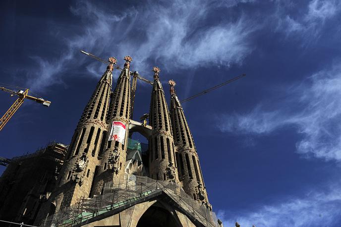 На одном из последних этапов строительства знаменитого собора Sagrada Familia (храм Св. Семейства) в Барселоне по проекту архитектора Гауди также использовались гиперболоидные элементы