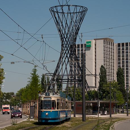 52-метровая гиперболоидная конструкция Мэй Уэст была сооружена в Мюнхене по проекту архитектора Риты МакБрайд. Башня названа в честь американской актрисы и секс-символа 1930-х годов