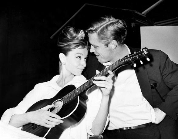 Одри Хепберн родилась в семье голландских аристократов. Будущая кинозвезда училась в консерватории Арнеме и мечтала стать балериной. На фото: Одри Хепберн и Джордж Пеппард, 1960 год