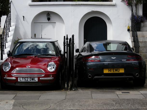 Великобритания. Лондон - один из самых дорогих для автомобилистов городов мира. С 2003 года взимается плата за въезд в центр города: с 7.00 до 18.00 - 8 фунтов стерлингов (примерно 10 евро). Стоимость часа парковки в центре города составляет 3 фунта стерлингов (около 4 евро), при этом держать машину на одном месте можно не дольше двух часов