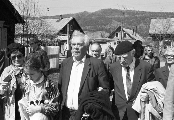 Писатель Виктор Астафьев (в центре) во время прогулки по родному селу Овсянка, 1994 год