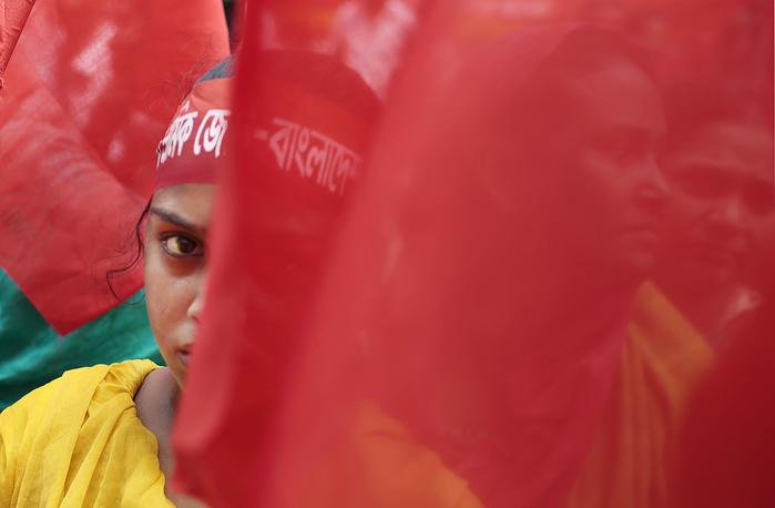 Первомайская демонстрация в столице Бангладеша Дакке. Манифестанты  потребовали наказания для владельцев швейных фабрик и улучшения условий труда на производстве