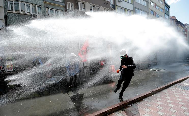 В двух районах Стамбула 1 мая полиция применила водометы и слезоточивый газ для разгона манифестантов