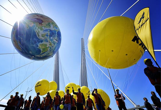 Участники первомайского шествия на мосту через бухту Золотой рог во Владивостоке