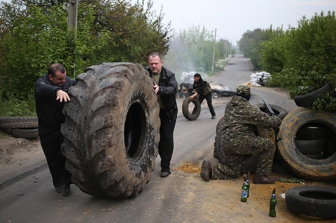 Жители Славянска сооружают баррикады на подступах к городу