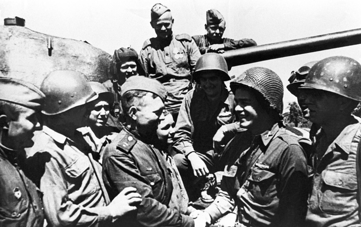 Встреча советских и американских солдат в Вене, Австрия, 9 мая