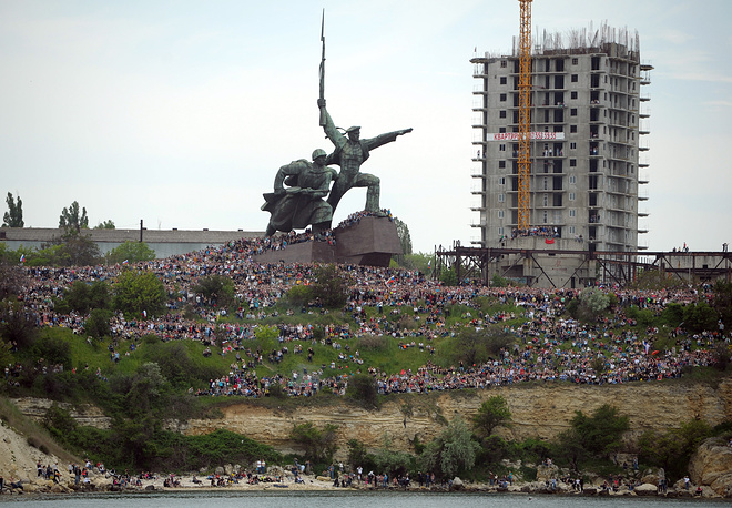 Праздничный парад войск и военной техники состоялся в Севастополе. Сотни тысяч человек собрались на улицах города, чтобы отпраздновать 69-ю годовщину победы советского народа в Великой Отечественной войне и 70-летие освобождения Севастополя от фашистов