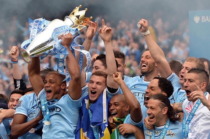"""Футболисты """"Манчестер Сити"""" с кубком чемпионов Англии"""