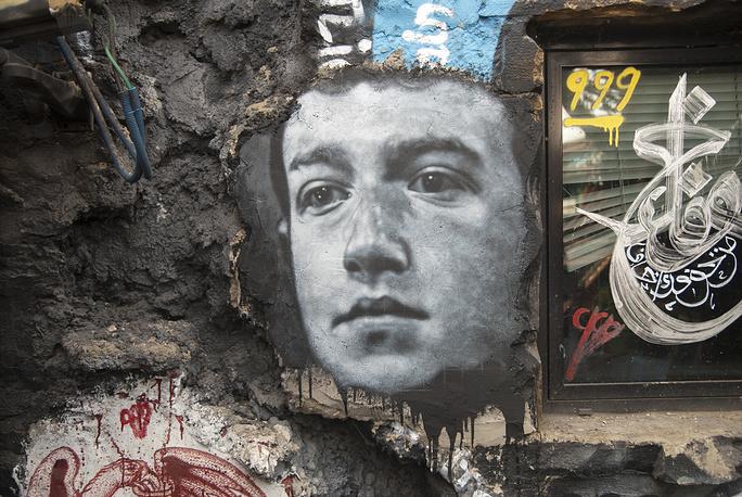 Изображение Марка Цукерберга на стене
