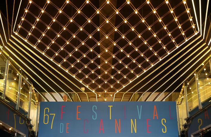 Интерьер балкона второго этажа во Дворце фестивалей во время приготовлений к открытию 67-го Международного каннского кинофестиваля