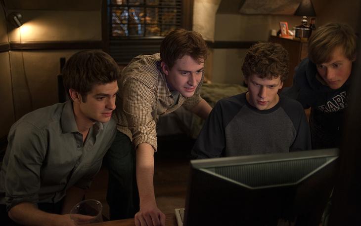 """В 2010 году вышел фильм """"Социальная сеть"""", рассказывающий о создании Facebook. Картина вызвала широкий общественный резонанс, связанный с вопросами о зависимости от сетевой активности"""