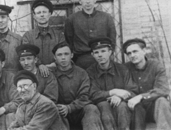 Юрий Гагарин среди учащихся Саратовского индустриального техникума, СССР, 1952 год