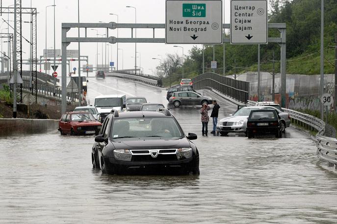 Вышедшие из берегов реки затопили дома и дороги. На фото: последствия наводнения в Белграде