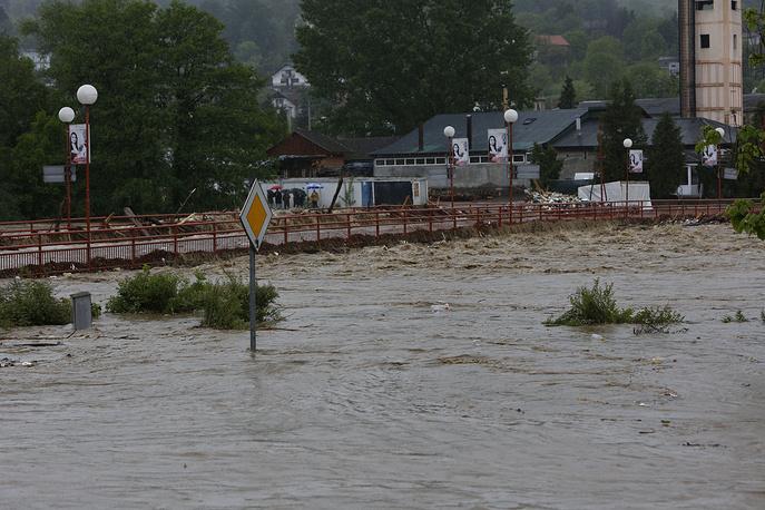 Под водой оказались также участки автодорог и железнодорожных путей. На фото: мост в боснийском городе Завидовичи