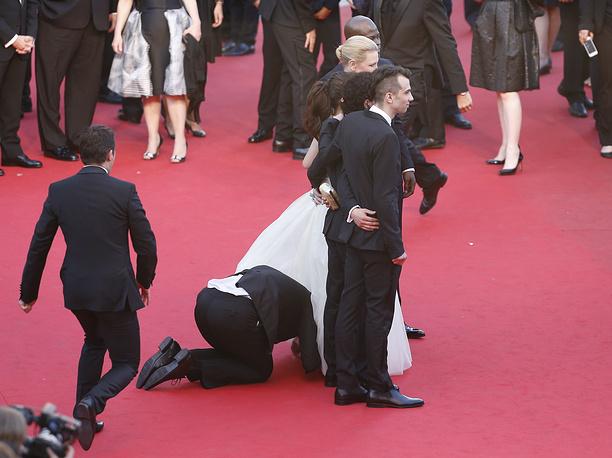 """Мужчина заглядывает под платье актрисы Америки Ферреры на премьере мультфильма """"Как приручить дракона-2"""", 16 мая"""