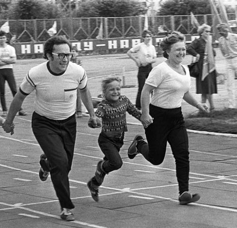 Семейная эстафета во время спортивного праздника, 1986 год