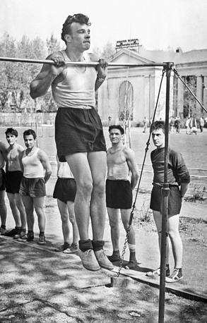 Сдача норм ГТО на заводском стадионе, 1960 год