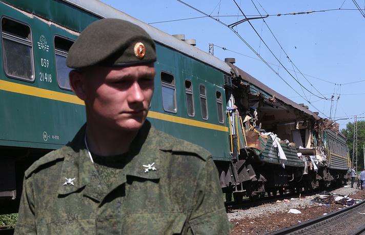 13 вагонов грузового поезда сошли с рельсов и задели пассажирский состав. В результате три вагона пассажирского поезда также сошли с рельсов