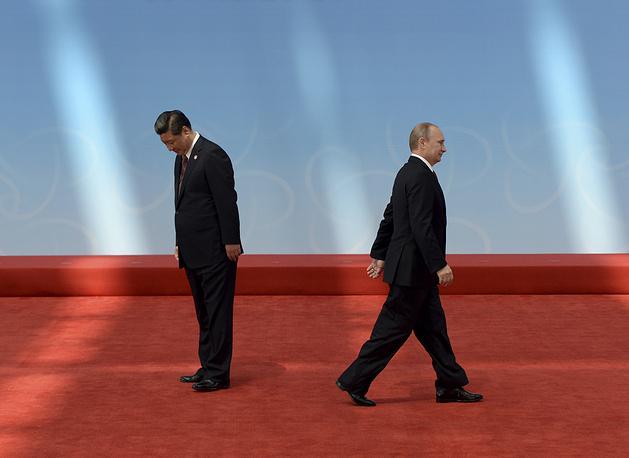 Президент России Владимир Путин и председатель КНР Си Цзиньпин после приветствия перед церемонией открытия четвертого Совещания по взаимодействию и мерам доверия в Азии, 21 мая